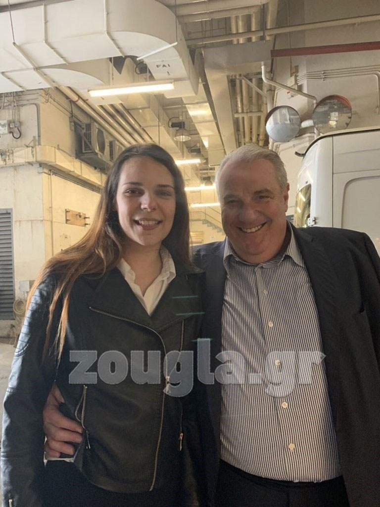 Η Ειρήνη Μελισσαροπούλου με τον δικηγόρο της Σάκη Κεχαγιόγλου λίγο μετά την αποφυλάκισή της.